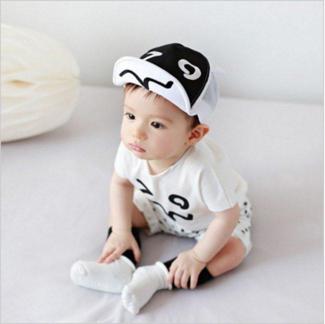 baby pet met zonneklep wit zwart