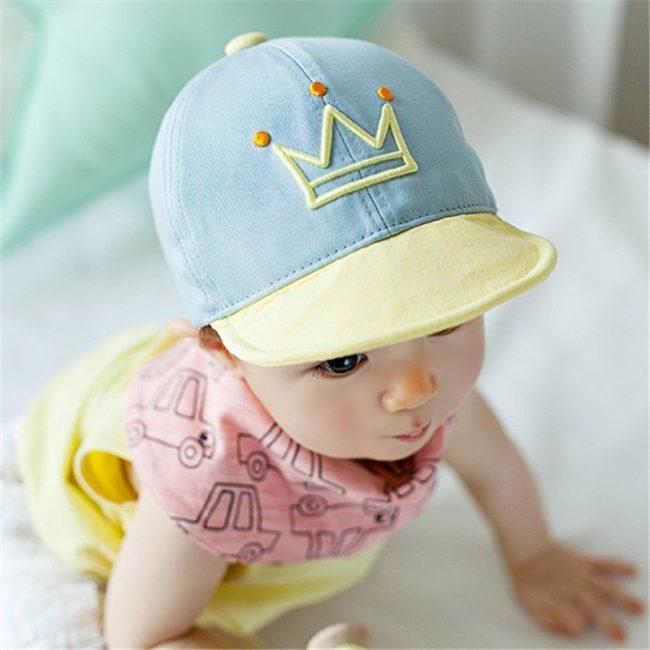 blauw gele baby pet met kroont 1-4 jaar